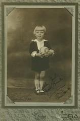 GIM_10_759f (dbagder) Tags: norway barn folk gutter nor leker baller klr mennesker kortbukser drakter kulturhistoriskefotografier reprofotografier