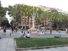"""Niños jugando con burbujas en el Paseo del Arco del Triunfo • <a style=""""font-size:0.8em;"""" href=""""http://www.flickr.com/photos/78328875@N05/22988759110/"""" target=""""_blank"""">View on Flickr</a>"""