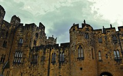 Alnwick Castle (Eddie Crutchley) Tags: europe england northumberland alnwick outdoor castle historicbuilding
