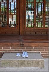 Zapatos en la puerta.Shoes at the door (ironde) Tags: ironde jon errazkin nikond7000 2016 2017 séúl seoul corea korea asia house casa zapatos shoes puerta door cristal reflejos