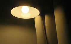 Brillante idée (Robert Saucier) Tags: troisrivières hôtel hotel chambre room nuit night nightshot noflash rideau curtain lampe lamp mur wall img7397