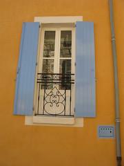 Reflejos en el cristal (Micheo) Tags: window reflections ventana balcony balcn reflejos provenza baranda banon