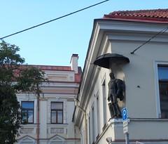 beschirmt (kirstenreich) Tags: stdte gebude vilnius figuren huser schirme skulpturen hausecken hauptstdte