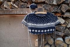 Sweater snow (krewerkerstin) Tags: schnee sweater knitting fotografieren knit fair hobby creme holz isle stricken dunkelblau plndern