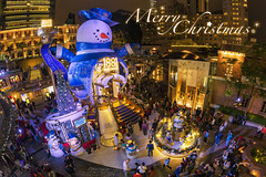Merry Christmas Everyone (mikemikecat) Tags: 香港 九龍 尖沙咀 1881heritage hong kong tsimshatsui xmas people joyful golden sony a7r handheld cityscapes carlzeiss colorful nightview nightscape night 商店 merry christmas everyone samyang fisheye 12mm joy