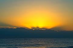Un timide lever de soleil (sergecos) Tags: leverdesoleil sunrise sunset mer sea mar puestadelsol ciel sky nuages clouds méditerranée mediterranean nikon d7000 lumière light amanecer salida salidadelsol