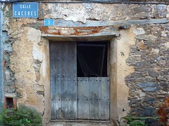 Calle Céceres (John LaMotte) Tags: fachada puerta porta door deterioro decayed dintel cáceres extremadura infinitexposure
