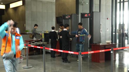 P1020881_進博物館須先檢查身上裝備