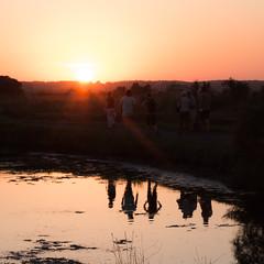 marche crépusculaire (Blandine - L) Tags: crépuscule marais reflets personnes contrejour burelière août2015