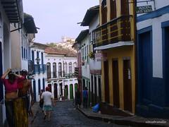 As ladeiras de Ouro Preto (Sophie Carrière) Tags: cidade ladeira pessoas casas