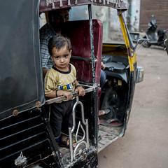Mis dos orgullos (Nebelkuss) Tags: india gwalior tuctuc niños children mirada look travel viaje callejeras street fujixpro1 fujinonxf23f14 elzoohumano thehumanzoo