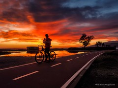 Nubes rojas (Alfredo Romero Asensio) Tags: color atardecer almeria mediterraneo bicicleta