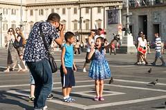 Milano - Lieber den Spatz in der Hand als eine Taube auf dem Dach :-) (Anselm11) Tags: 2015 juli expo mailand piazzadelduomo dove taube kid kind gefangen catched