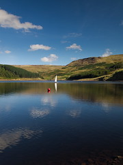 Sail boat on Dovestone Reservoir. (kyliepics) Tags: olympus e520 evolt520 olympuszuikodigital1122mmf2835 hoyacircularpolariser rawtherapee saddleworth addedtogroups