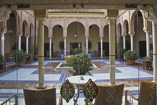 Un patio detrás de los cristales de una puerta  -  A courtyard behaind the glass of a door