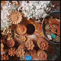 Tentando por ordem na casa... #artesanato #artesanatomineiro #paraoartesão #floresdemadeira #flores #divino (fabriciabarcelos) Tags: divino floresdemadeira artesanatomineiro flores paraoartesão artesanato