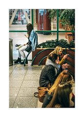 Amoreiras, Lisboa (Sr. Cordeiro) Tags: lisboa lisbon portugal rua street amoreiras centrocomercial shoppingcenter pausa cigarro cigarrete break mulheres women fumar smoking fuji fujifilm xpro2 fujinon xf 35mm f14
