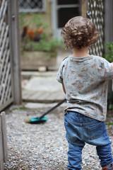 Si yo tuviera una escoba (maikrofunky) Tags: door family fashion familia 35mm kid puerta bokeh style patio jeans kai nio valla escoba elprat vallado canon600d