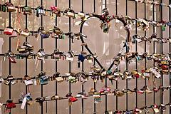 Locked love (Wal CanonEOS) Tags: love argentina colors canon eos buenosaires day heart amor dia colores recoleta locked hdr corazon bsas padlocks airelibre caba capitalfederal candados lockedlove rebelt3 canoneosrebelt3 candadoscerrados amorbloqueado