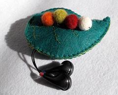 Funda auriculares (El Gato sobre el Tejado) Tags: felt caterpillar worm gusano oruga fieltro headphonescase fundaauriculares