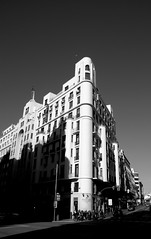 Madrid 18 (pjarc) Tags: europe europa spagna spain espana madrid città city capitale capital urban palazzo bilding ombre shadows architecture architettura foto photo digital bw black white biancoenero allaperto nikon dx dicembre december 2016 carmina