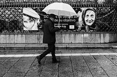 LLUVIA DE MIRADAS (oskarRLS) Tags: lluvia rain walk mood look sight street blackwhite blancoynegro calle
