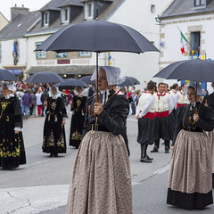Tenue traditionnelle. (Peter H. Photographie) Tags: festival umbrella 35mm square sony bretagne folklore danse format tradition morbihan carré tablier parapluie finistère tenue broderie auray velours coiffe bretonne plozévet traditionnelle a580 kevrennalré mondialfolk sonydt35mmf18sam analré