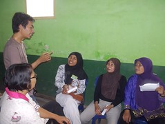 Ali Maxoem (brown shirt) explaining about ECHO concept to the homeworkers