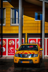 toevallig (roberke) Tags: car auto automobiel sun zon geel yellow huis house outdoor architecture architectuur red rood ouddorp nederland zuidholland raam window venster