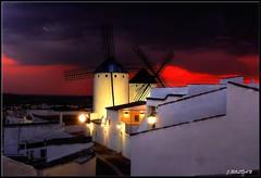 Entrando las luces del anochecer. (Jose Roldan Garcia) Tags: anochecer molinos luz contraluz cervantes colores nubes momentos aire arquitectura españa criptana
