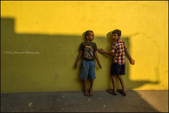 Kids.  Bangalore (Claire Pismont) Tags: asia asie inde india indedusud bangalore bengalore wall mur yellow jaune pismont clairepismont colorful couleur color colour child kid travel travelphotography streetshot street streetphotography
