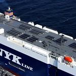 太陽光パネル搭載船の写真
