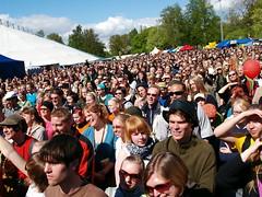 Crowd in Kaisaniemi (wili_hybrid) Tags: finland geotagged photo yahoo spring concert helsinki flickr photos may picture pic 2006 wikipedia nordic scandinavia geotag scandinavian maailmakylss donjohnsonbigband year2006 worldvillagefestival