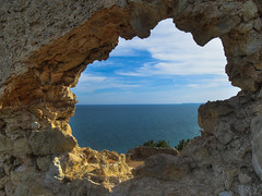 THROUGH THE CASTLE WALL (peke_cheeks) Tags: stone wall lagos algarve waterscape