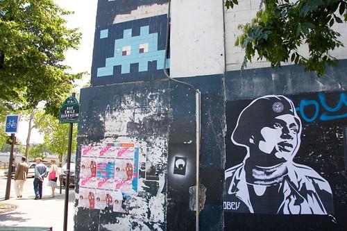 Black Panther à côté dun Space Invader géant - Rue Emilie Durkheim