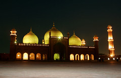 badshahi masjid at night (Max Loxton) Tags: pakistan beautiful architecture muslim pakistani yani ppg lahore towards masjid yasir mughal badshahi nisar yasirnisar towardspakistan pakistaniphotographers pakistaniphotographer maxloxton pakistaniat wwwtowardspakistancom
