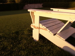 Adirondack Chair (Mamluke) Tags: summer white verde green blanco chair peeling paint groen decay sommer lawn vert silla verano grn sunlit t weis stoel wit bianco sedia blanc chaise stuhl adirondack dlabr mamluke