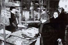 I DERUBATI E GLI SCIACALLI (santa&binder) Tags: 2002 venice euro ponte venezia mercato rialto biancoenero pesce traffico novità soldi mentale affari folla imbrogliare compravendita sciacalli pesceragno traffici canoce