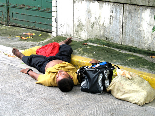 man sleeping on the sidewalk street pavement  Buhay Pinoy Philippines Filipino Pilipino  people pictures photos life Philippinen  菲律宾  菲律賓  필리핀(공화국) homeless