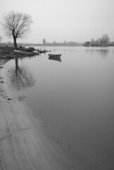 Barco calmado 4 (GomoX) Tags: paisajes blancoynegro argentina barcos viajes rebelxt sigma1020f456exdchsm gomox gualeguaych0806