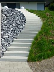 Geschwungene Betontreppe (Jrg Paul Kaspari) Tags: stairs garden schweiz mit stairway treppe rhein garten beton rasen schwung stufen schne sichtbeton schn schotter betontreppe hemishofen geschwungene