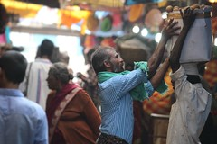 Giving a hand up (bluelotus92) Tags: people india fruits market help labour karnataka mysore mysuru devarajursmarket devarajaursmarket helpinghnad