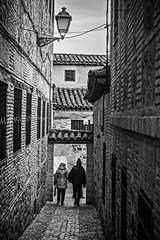 Calle abajo (Ignacio M. Jiménez) Tags: calle street gente people depaseo walking toledo castillalamancha españa spain bw bn byn ignaciomjiménez