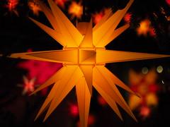 Licht in der Dunkelheit (Elenovela) Tags: weihnachten christmas navidad weihnachtsstern weihnachtsmarkt christmasstar christmasmarket licht light frieden peace olympusomdem1markii olympuszuiko50200mmf2835 elenovela karstenmüller