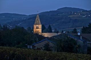 Une église dans la nuit