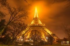 Éclairage à la Tour Eiffel (Melksedec Brito) Tags: paris travel light night nuit francês eiffel tower toureiffel éclairage france winter