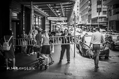 MONO0375 (H.M.Lenßtalk) Tags: summilux 50mm f14 oz aussie street australia australian sydney summiluxm 50 14 black white people urban life city 11450 asph monochrome m typ 246