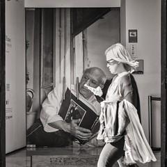 passing by pablo picasso (Gerard Koopen) Tags: spanje spain malaga bw city blackandwhite straat street straatfotografie streetphotography pablo picasso woman mobile reading book candid fujifilm fuji xpro2 56mm 2017 gerardkoopen