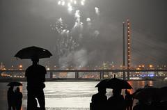 Düsseldorf NRW Rheinkirmes Feuerwerk, 2015 (Begüm Tomruk) Tags: rain umbrella germany fireworks nrw düsseldorf rhein feuerwerk rheinkirmes