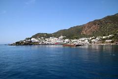 Île de Panarea / Arrivée au port (Charles.Louis) Tags: italie sicile panarea île mer volcan éolie éolienne